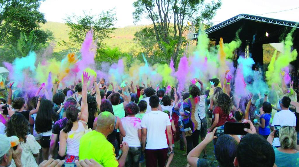 Edição anterior do Holi Kirtan: Festival das Cores, na Fazenda Nova Gokula, em Pinda; comunidade espera grande público entre os dias 7 e 9 (Foto: Reprodução)