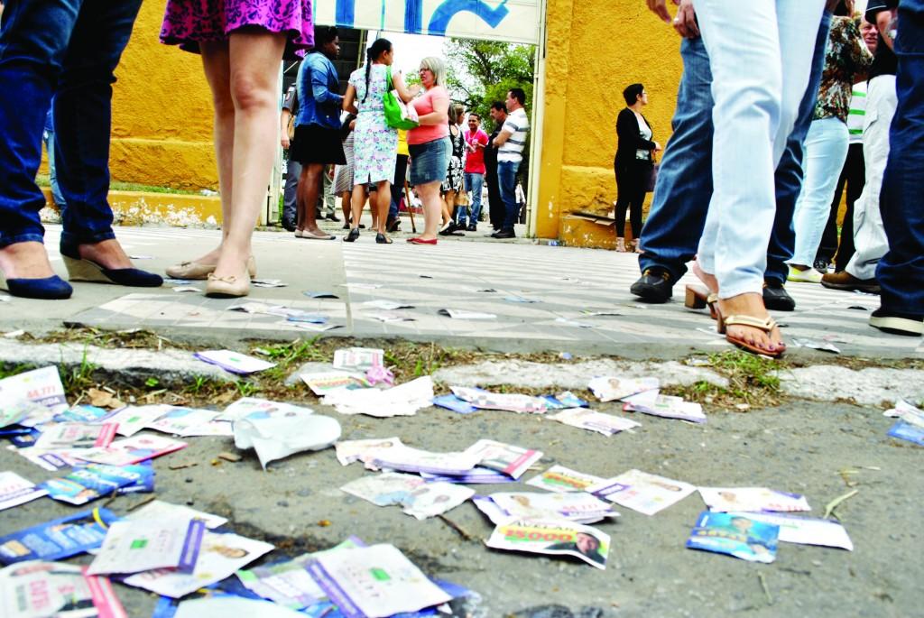 """Na saída de zona eleitoral, papeis jogadores no chão, o famoso """"santinho político"""", em 2018, eleitores são disputados por 136 nomes no Vale (Arquivo Atos)"""