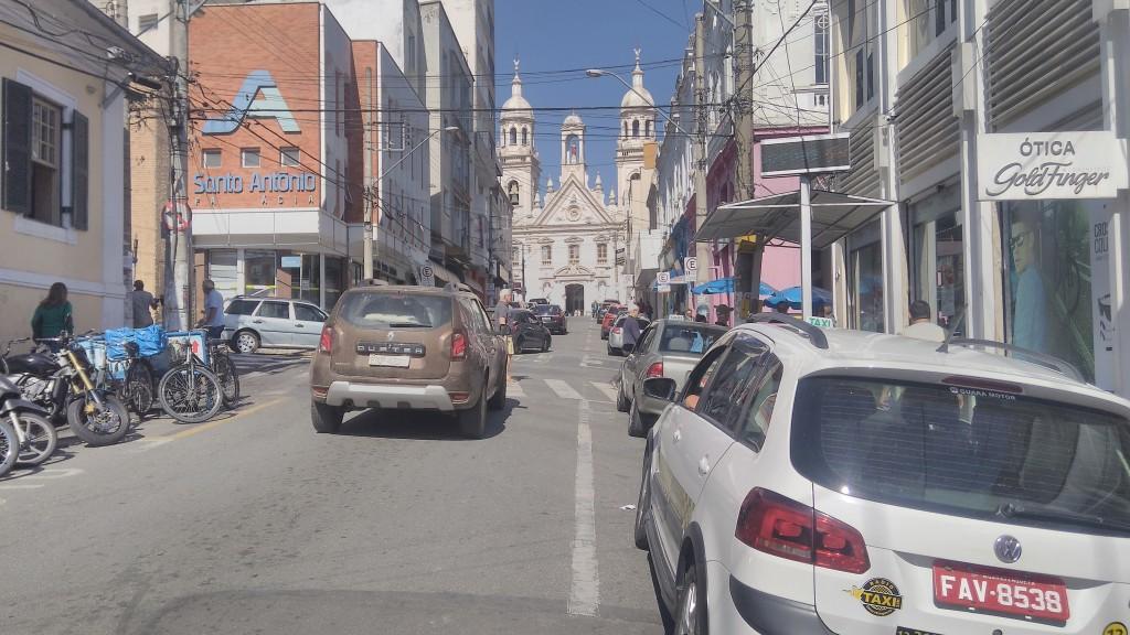 Ponto de táxi no Centro de Guará, em área de movimentação de turistas religiosos; cidade vota mudanças e debate novos sistemas de transporte (Foto: Francisco Assis)