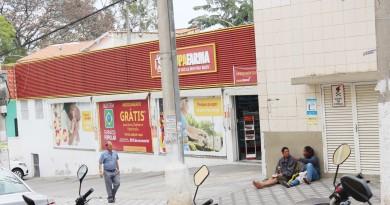 Dupla para em calçada próxima à farmácia no Centro de Guará; lojistas relatam problemas corriqueiros (Foto: Juliana Aguilera)
