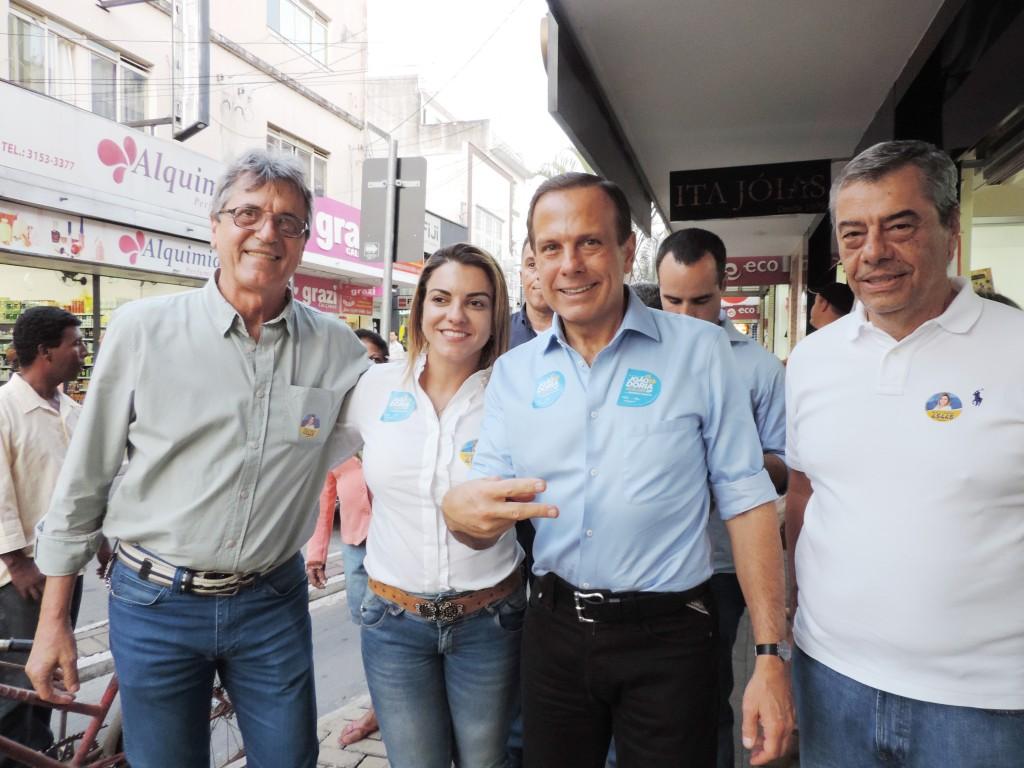 Em plena Rua Principal de Lorena, a candidata a deputada Michelli Veneziani e João Dória