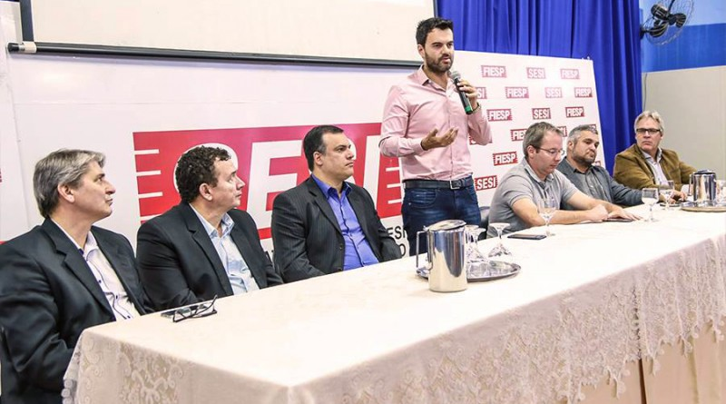O prefeito Thales Gabriel (em pé) participa de evento de lançamento de parceria com o Sesi para Cruzeiro (Foto: Divulgação PMC)