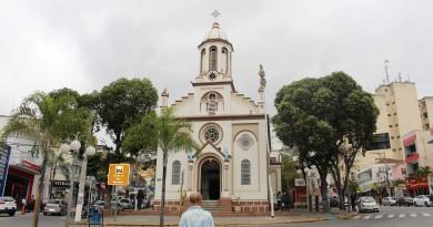 A praça Dr. Benedito Meirelles, no Centro de Aparecida; local segue impossibilitado de receber atividades e eventos (Foto: Juliana Aguilera)