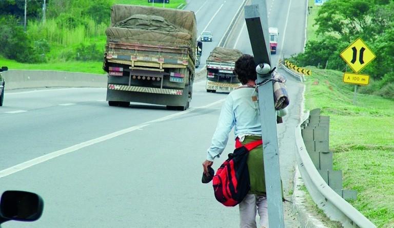 Romeiro enfrenta riscos da Via Dutra para cumprir promessa até o Santuário Nacional de Aparecida  (Foto: Arquivo Atos)