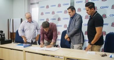 Assinatura entre município e CDHU na última semana para a construção de novo residencial em Pinda (Foto: Divulgação)