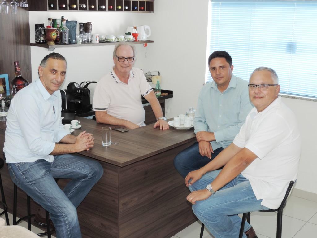 Deputado federal Eduardo Cury e os veradores Bruno Camargo e Marquinhos da Colchoaria em conversa afinada sobre eleições, na redação do Atos
