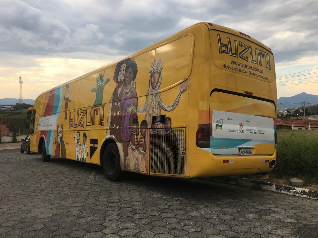 Ônibus do BuZum, estacionado em Cachoeira Paulista; cidade é um dos pontos do projeto nesta semana (Foto: Jéssica Dias)