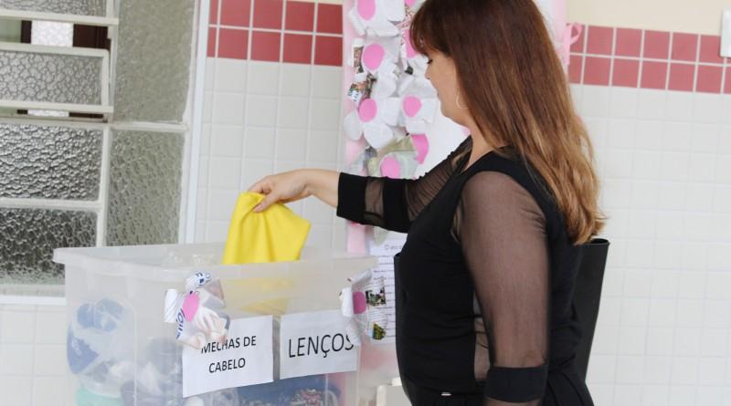 """Doação de lenços e mechas de cabelo para campanha de atenção às vítimas de câncer; Unisal adere atividades do """"Outubro Rosa"""" na região (Foto: Divulgação Unisal)"""