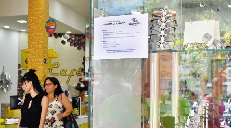 Consumidores vão às compras em estabelecimento que estampa vaga para contratação; região tem Pinda em crescimento e Cruzeiro em baixa (Foto: Juliana Aguilera)