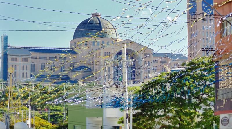 Rua do Centro de Aparecida, com vista para a Basílica; Prefeitura prepara Plano Diretor do Turismo (Foto: Arquivo Atos)