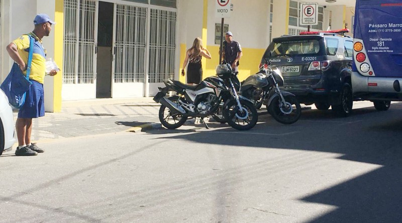 Viaturas da Polícia em frente à sede da Prefeitura de Cachoeira Paulista; operação investiga Instituto por esquema de licitação da Saúde (Foto: Jéssica Dias)