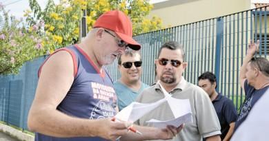 Contratados da Prefeitura de Guará debatem proposta do governo; prefeito afirma que seguiu determinações de CLT, mas sindicato discorda (Foto: Leandro Oliveira)