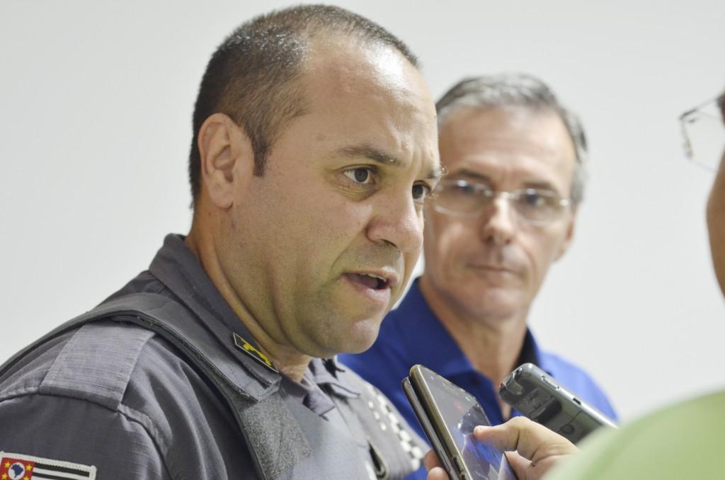 Observado pelo prefeito Marcus Soliva, o capitão Vagner Guimarães fala sobre planejamento contra o crime (Foto: Leandro Oliveira)