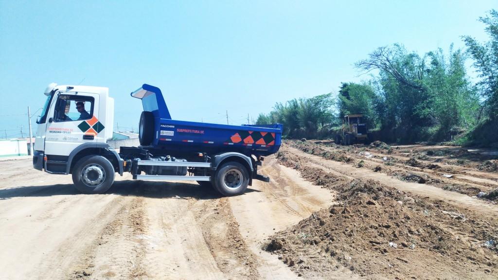 Trabalho de preparo de terreno para pavimentação de rua em Moreira César; investimento de R$ 600 mil (Foto: Reprodução PMP)