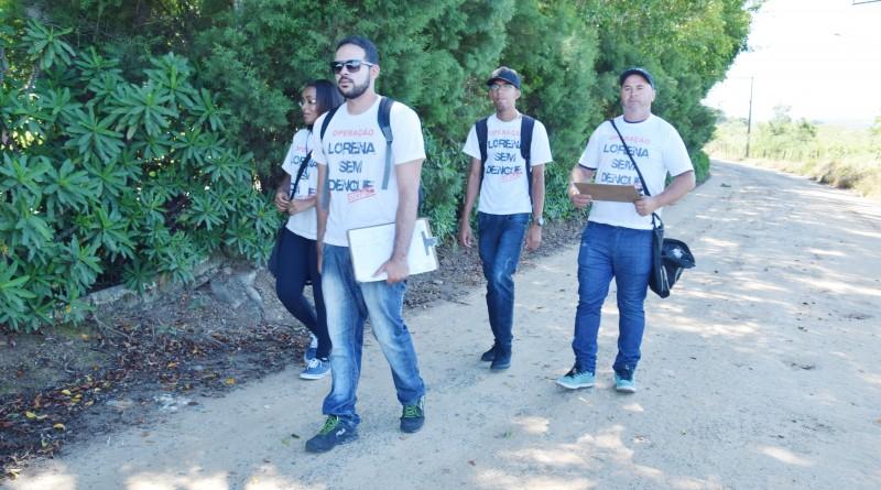 Funcionários da Vigilância Epidemiológica de Lorena, durante visita à àrea mais distante na cidade; expectativa é negativa após nova ADL (Foto: Arquivo PML)
