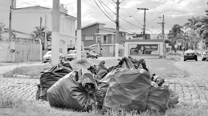 Terreno do Beira Rio 2 com acúmulo de lixo; com série de reclamações, moradores do bairro esperam por ampliação da estrutura da coleta comandada pela Codesg (Foto: Juliana Aguilera)
