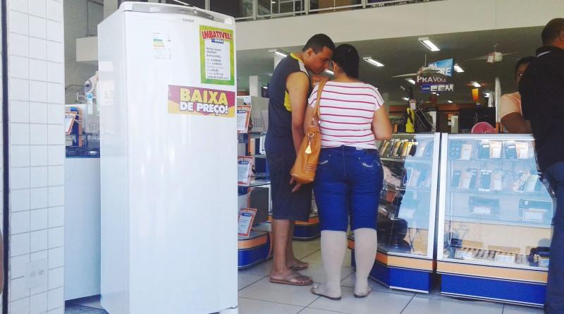 Casal vai às compras em loja de Lorena; região tem campanhas para incentivar acordos no Serasa (Foto: Arquivo Atos)