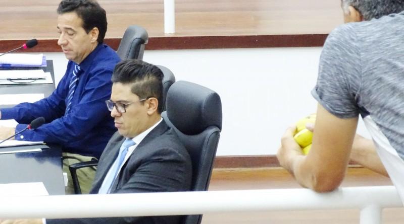 Estrategicamente posicionado ao lado da mesa diretora da Câmara, Dito Bala faz um de seus protestos (Foto: Reprodução)