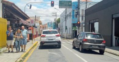 Rua da região central de Lorena que recebeu melhorias como a instalação de semáforos, na última semana (Foto: Lucas Barbosa)