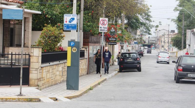 Parquìmetro instalado em rua na região central de Guaratinguetá; sistema conta com valores mais baixos para áreas próximas a hospitais (Foto: Juliana Aguilera)