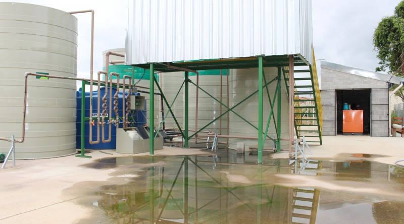 Acúmulo de água é resultado de vazamento de encanamento do esgoto em Estação de Tratamento; sistema apresenta falhas em seis meses (Foto: Juliana Aguilera)