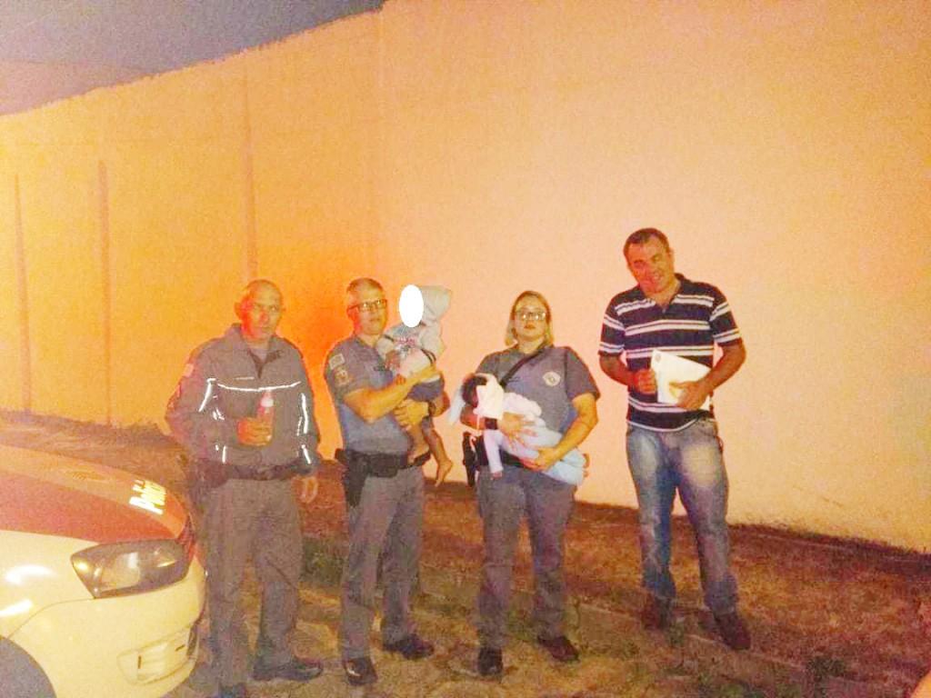 Policiais militares que encontraram crianças deixadas em quarto durante a madrugada; mãe é indiciada (Foto: Divulgação PM)