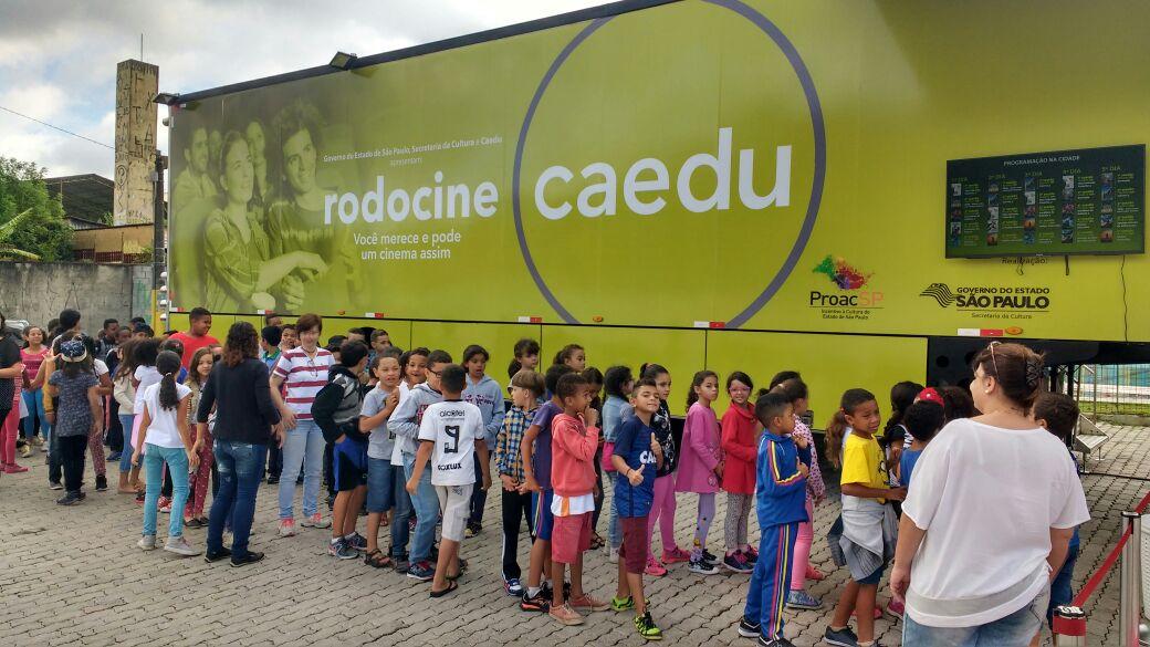Moradores comparecem a exibição de filme do Rodocine; programa passa Cruzeiro e Pinda em dezembro (Reprodução)