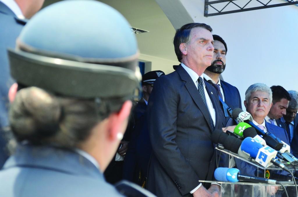 Com o deputado Marcelo Ortiz e o senador eleito Major Olímpio, Bolsonaro brinca com os que o aguardavam (Foto: Leandro Oliveira)
