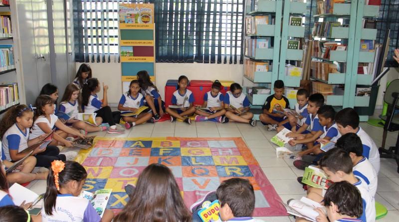 Crianças de escola da rede pública de Guaratinguetá durante roda de leitura; parceria com Instituto Ayrton Senna garante novos títulos (Foto: Juliana Aguilera)
