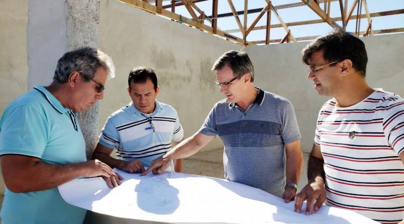 O prefeito de Guará, Marcus Soliva, acompanha obra de nova creche (Foto: Divulgação PMG)