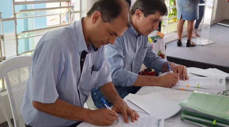 O prefeito Fábio Marcondes (ao fundo) participa de assinatura de convênio com entidades assistenciais (Foto: Divulgação PML)