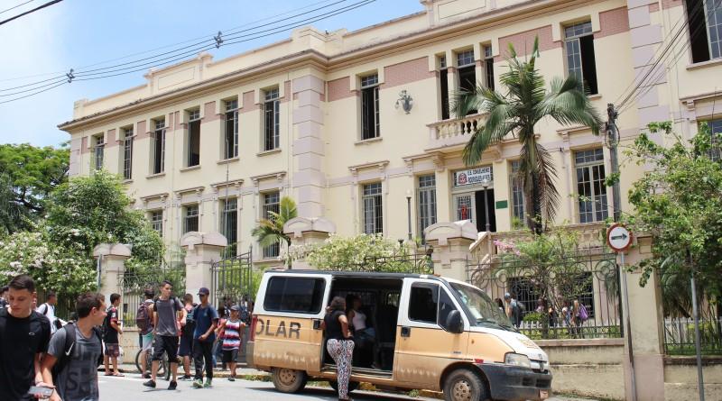 A saída de alunos da escola estadual Conselheiro Rodrigues Alves, em Guaratinguetá; de acordo com dados do MEC, cidade teve índice baixo (Foto: Juliana Aguilera)