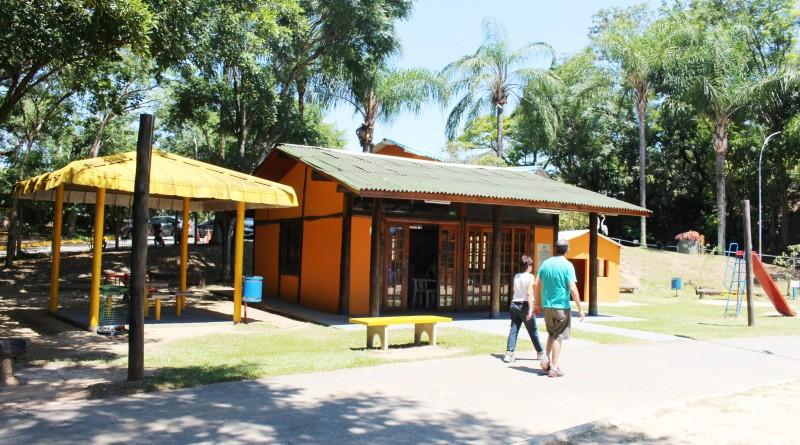 Casal passeia pelo Parque, revitalizado, em Guará; Prefeitura projeta novas atividades para espaços (Foto: Juliana Aguilera)