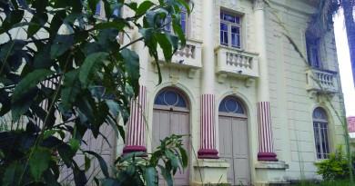 Hoje vazio, o prédio centenário na praça Homero Ottoni, em Guaratinguetá, já recebeu a sede da Prefeitura e aguarda verba de restauração (Foto: Leandro Oliveira)