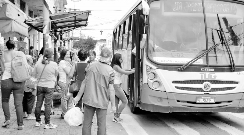 Ônibus do TUG segue em direção da rodoviária; licitação aberta (Foto: Arquivo Atos)