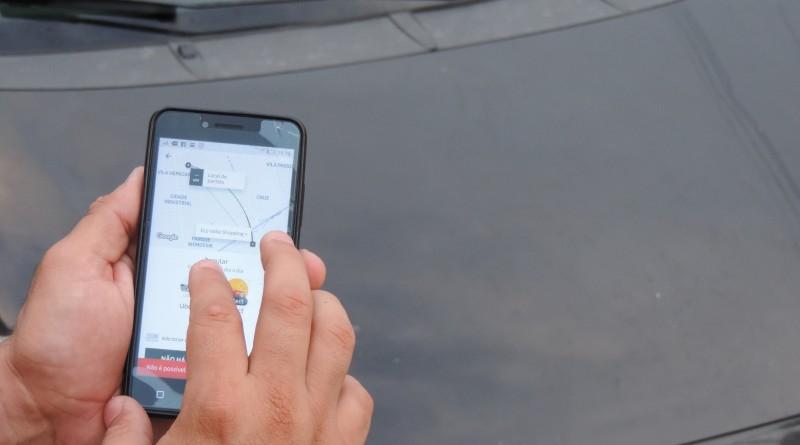 O uso do aplicativo Uber, já disponível nas ruas de Lorena, que passa por processo de regulamentação (Foto: Rafaela Lourenço)