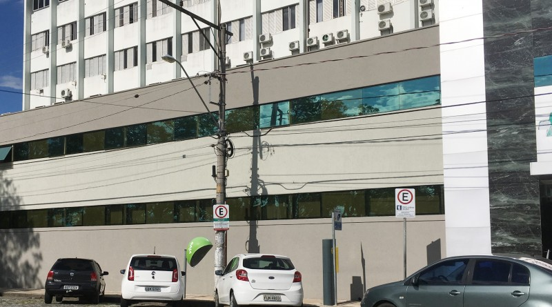 Veículos estacionados em frente ao Hospital Frei Galvão; sistema terá mudanças a partir de 2019 (Foto: Leandro Oliveira)