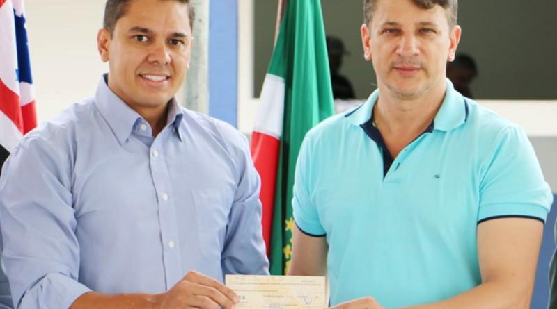 O presidente Magrão e o prefeito Isael posam na entrega de cheque (Foto: Divulgação CMP)