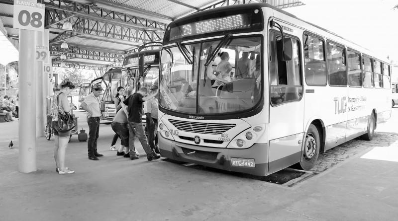 Ônibus do TUG circula por Guaratinguetá a caminho da rodoviária; licitação terá avaliação de suspensão (Foto: Leandro Oliveira)