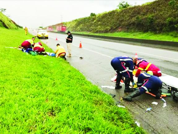 Atendimento da equipe da CCR Nova Dutra após acidente que deixou um morto e dois policiais feridos (Foto: Reprodução PRF)