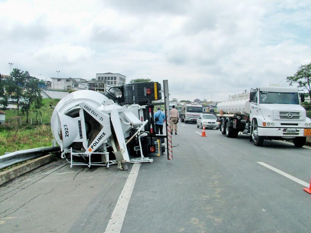 Acidente na rodovia Presidente Dutra, em 2018; ano fechou com queda de 75% nas mortes na estrada federal, que liga São Paulo ao Rio (Foto: Arquivo Atos)