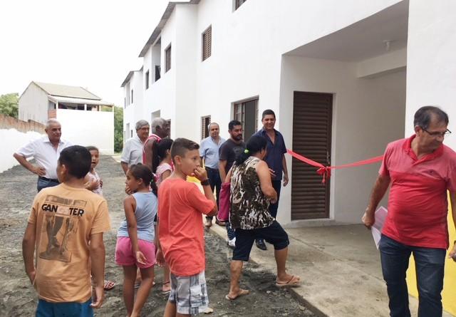 O prefeito Edson Mota participa da entrega dos apartamentos nesta semana, no bairro Jardim da Fonte (Foto: Jéssica Dias)