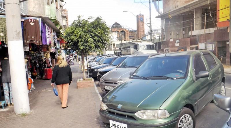 Fila de carros no Centro de Aparecida; licenciamento no Detran é antecipado para quem está em dia (Foto: Arquivo Atos)