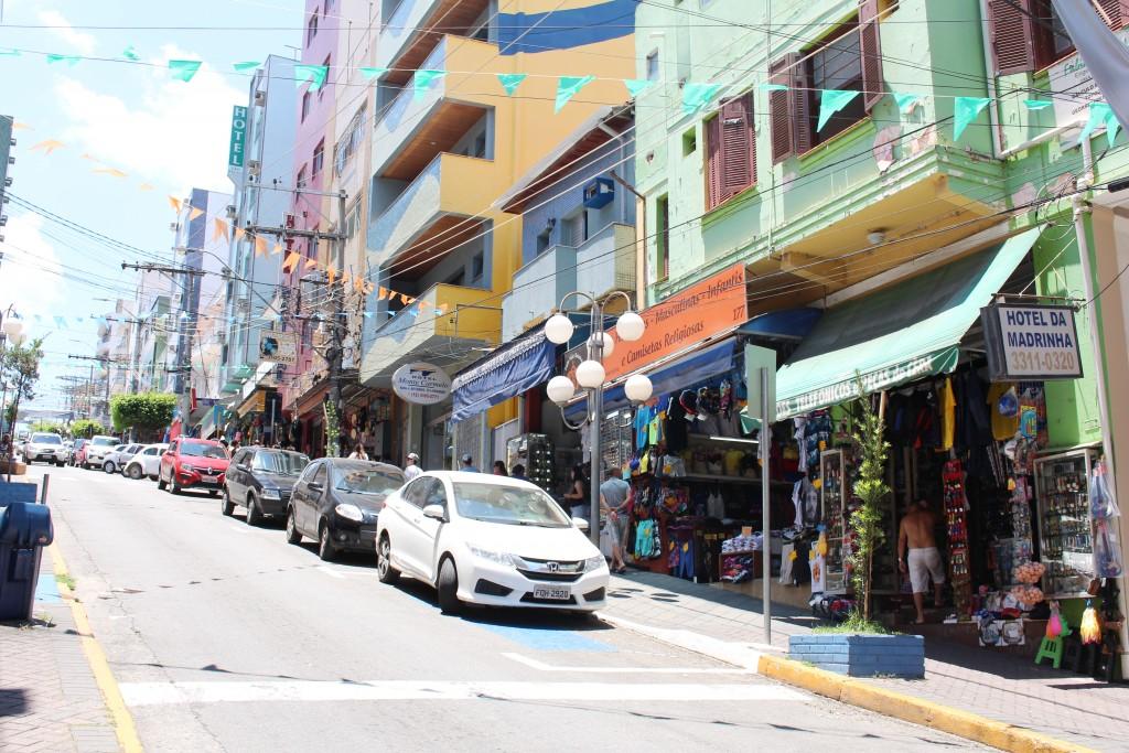 Rua central de Aparecida, cidade que estipulou aumento de 4,5% na cobrança do IPTU para este ano (Foto: Juliana Aguilera)