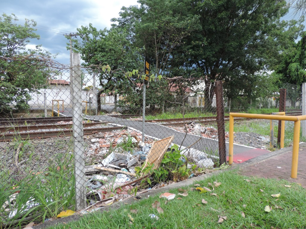 Passagem da linha férrea, na Vila Geny; acúmulo de entulho e condições de canaleta preocupam (Foto: Rafaela Lourenço)