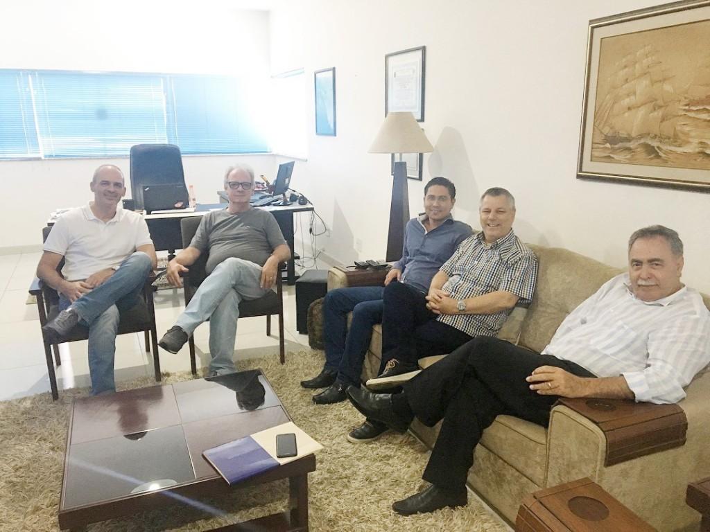 O engenheiro Luiz Fernando, Eder Billota, o prefeito em exercício de Guará Regis Yasumura, vereador João Pita e gestor administrativo Miguel Sampaio