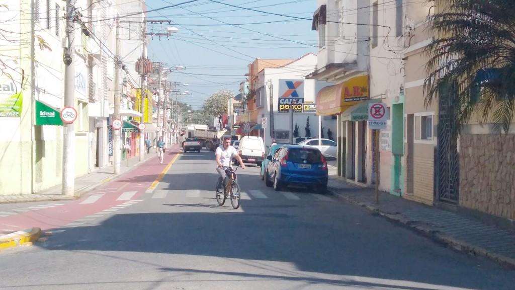 Rua Major Oliveira Borges no Centro de Lorena; Lorena iguala Pinda e oferece 10% de desconto no IPTU (Foto: Arquivo Atos)