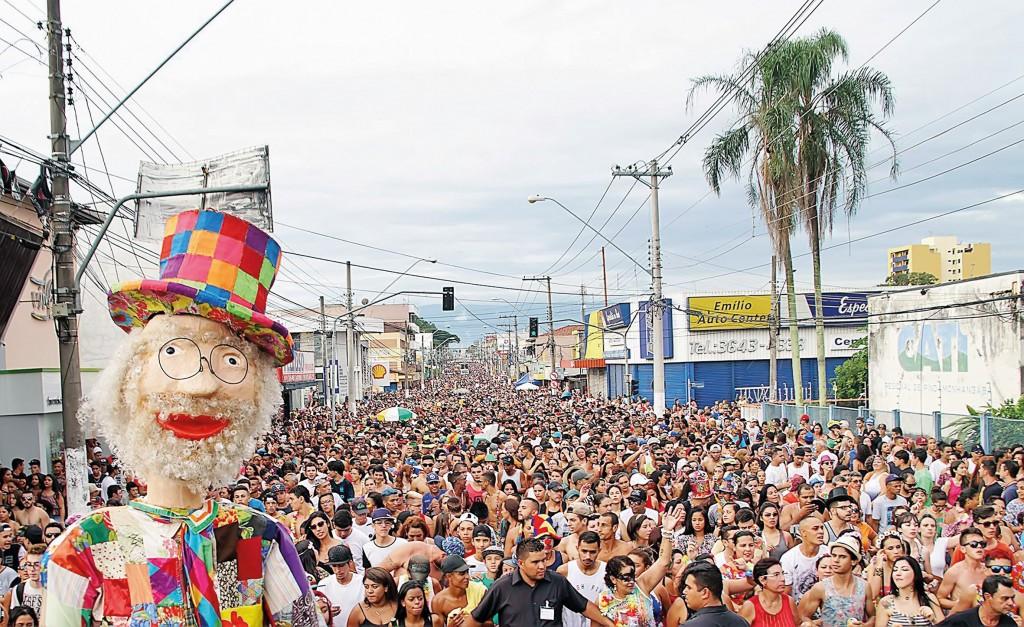 O Carnaval de 2018 em Pindamonhangaba; Prefeitura abre vagas para ambulantes interessados em 2019 (Foto: Reprodução PMP)