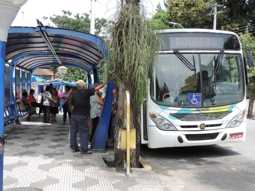 Embarque em ônibus do Viva Pinda; contrato prorrogado em um ano (Foto: Arquivo Atos)