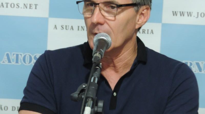 O prefeito de Guaratinguetá, Marcus Soliva, que não escondeu contestamento com o atual contrato (Foto: Rafaela Lourenço)